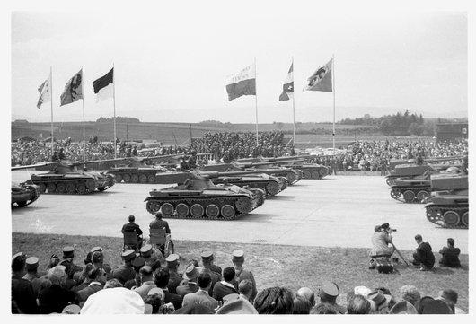Défilé du 1er corps d'armée à Payerne / scène 15