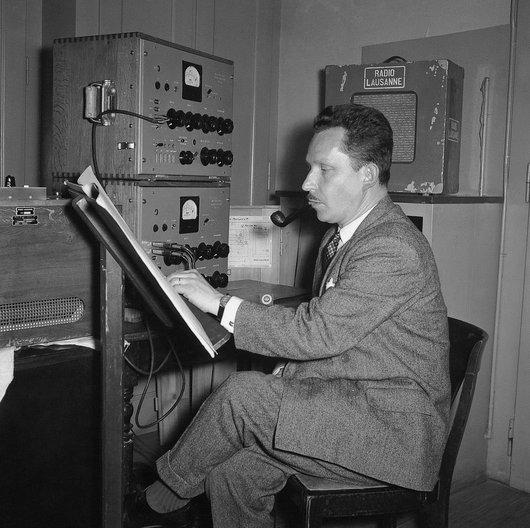 Julien-François Zbinden au studio de Radio-Lausanne