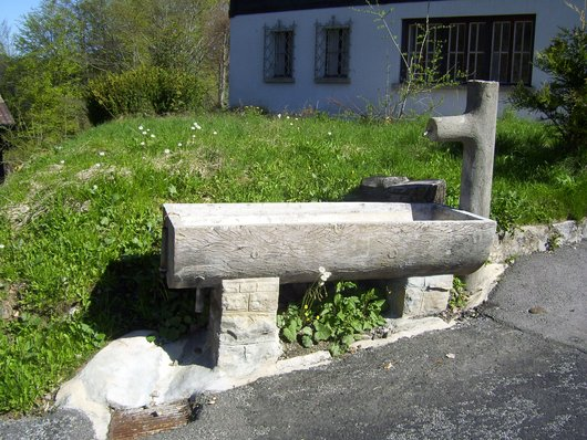 Sonloup, fontaine à l'angle rte des Prévondes/rte de la Cerniaule