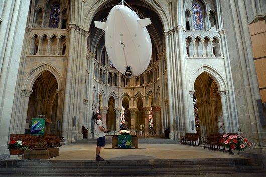 Un dirigeable dans la Cathédrale de Lausanne