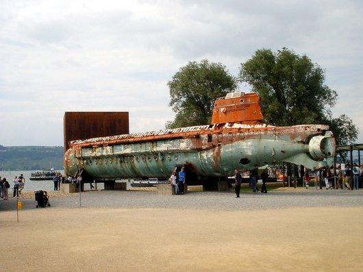 Expo02 - Arteplage de Morat - Le Mésoscaphe et le Monolithe