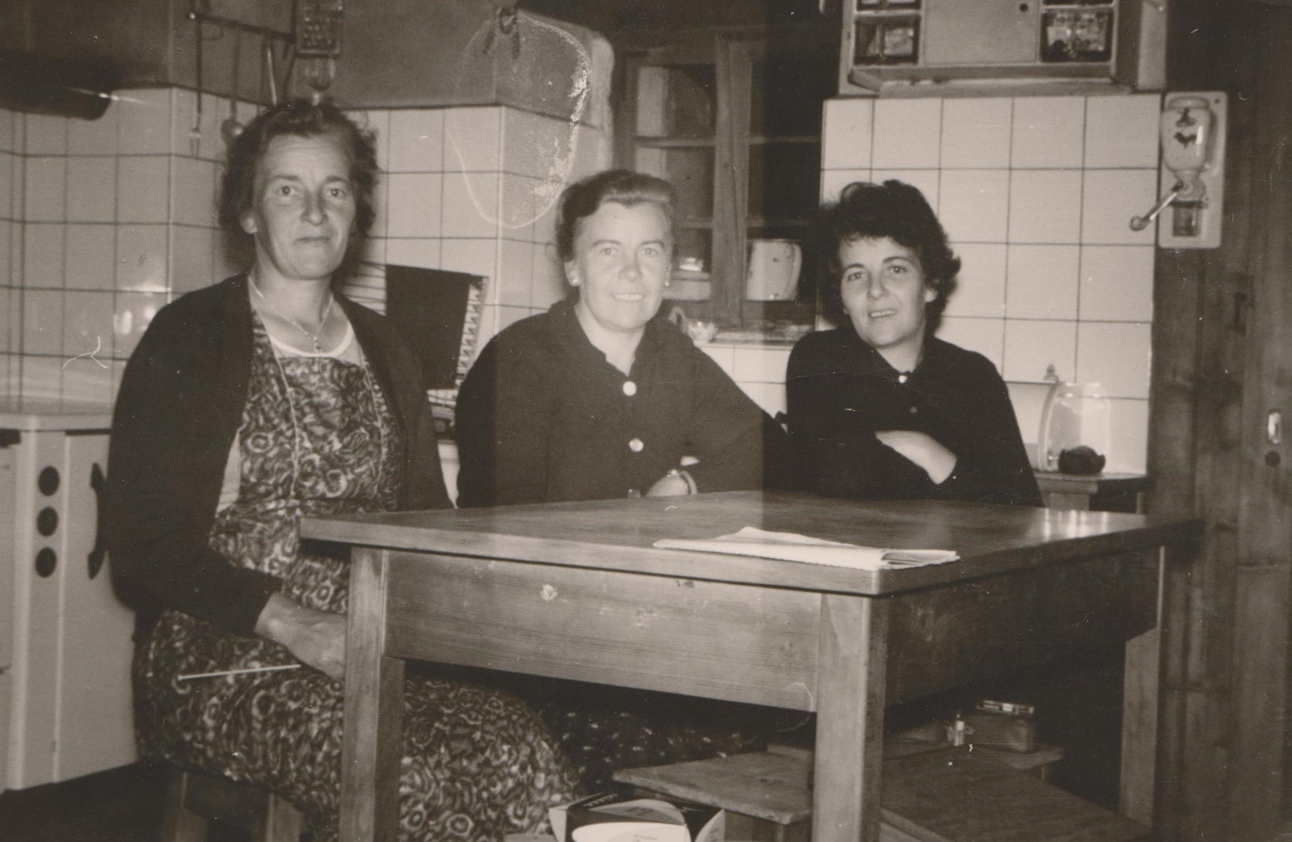 Autour de la table familiale notre histoire for Table familiale
