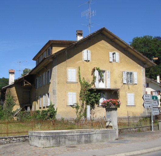 Fontaine du village et Ferme Bessard.