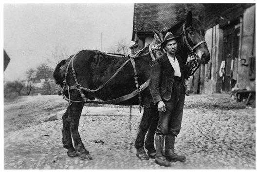 Henri Balmat devant la ferme Durussel, à Denezy