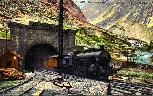 Locomotive à la sortie du tunnel du Gothard