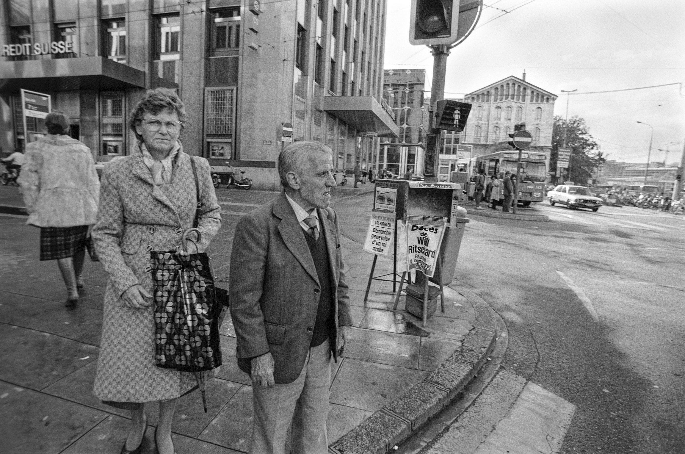 Genève, deux passants sur la Place de Bel-Air