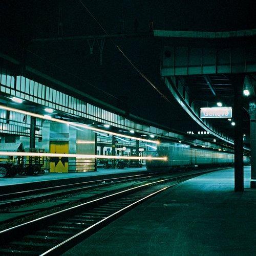 Genève, un train passe en gare Cornavin