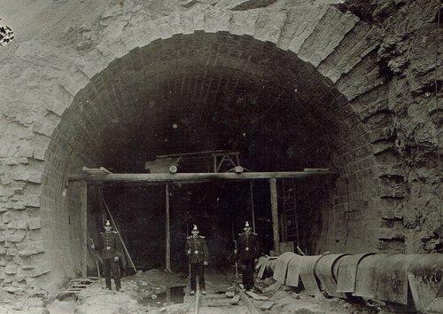 Des gendarmes montent la garde pendant la grève de 1911 lors de la construction du tunnel du Mt. d'Or à Vallorbe