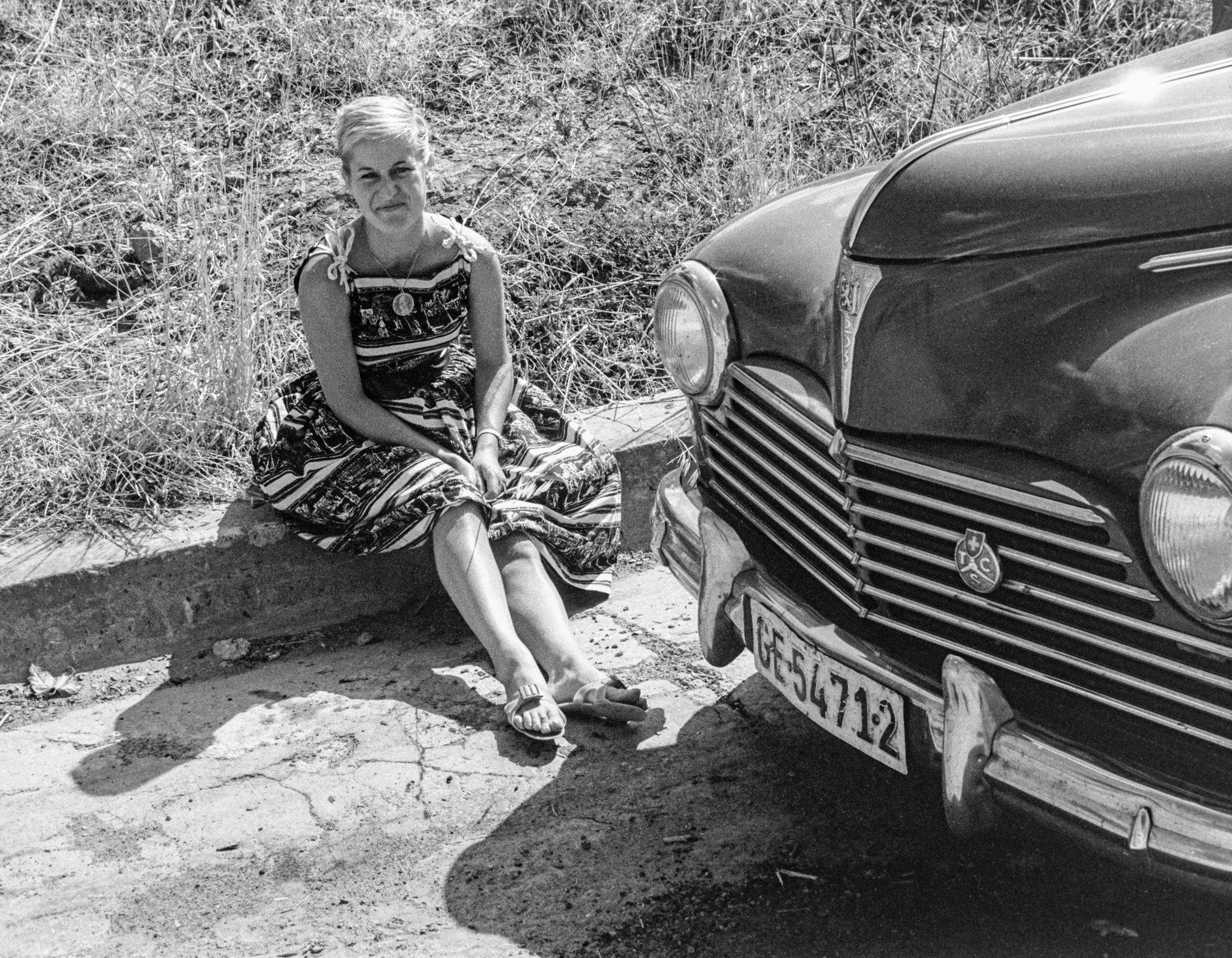 Ma mère devant la Peugeot 203
