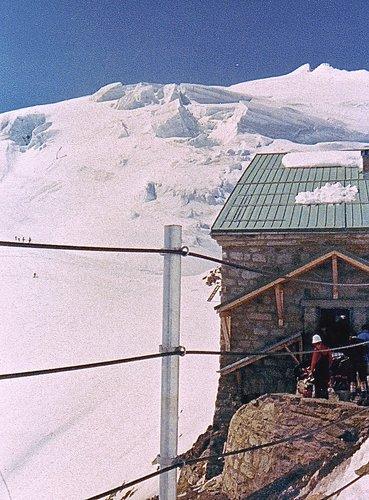 Cabane des Vignettes, 3157 mètres, et Pigne d'Arolla, 3790 mètres